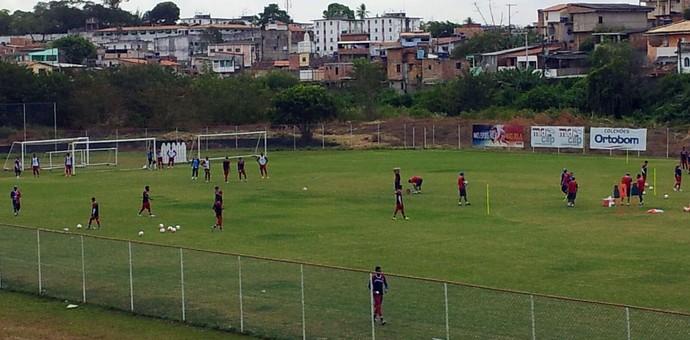 Reservas do Bahia treinaram, na manhã desta quinta-feira, no gramado do Fazendão (Foto: Ruan Melo)