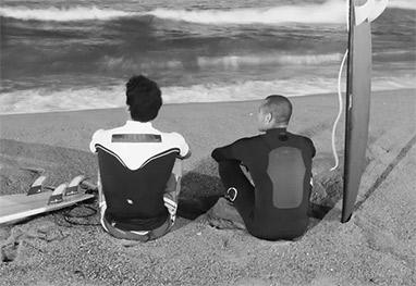 Neymar e Medina em momento de descanso p�s surf