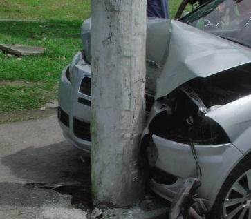 O PM colidiu o veículo no poste e teve o carro parcialmente destruído