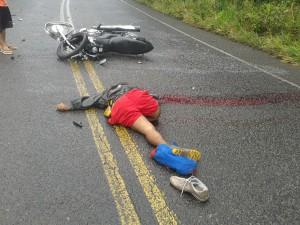 Os motociclistas colidiram de frente